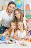 Glückliche Familie, die zusammen malt stockbild