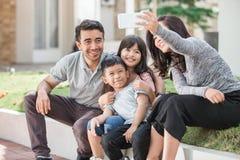 Glückliche Familie, die zusammen selfie nimmt Stockbilder