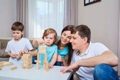 Glückliche Familie, die zusammen zu Hause spielt lizenzfreie stockfotos