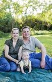 Glückliche Familie draußen Lizenzfreies Stockfoto
