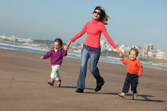 Glückliche Familie draußen Stockbilder