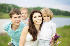 Glückliche Familie draußen Stockfotos
