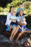Glückliche Familie draußen Stockbild