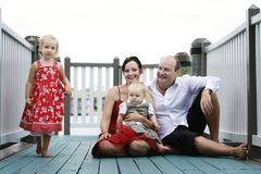 Glückliche Familie draußen Lizenzfreies Stockbild