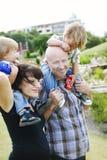 Glückliche Familie draußen lizenzfreie stockfotos