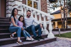Glückliche Familie draußen stockfotografie