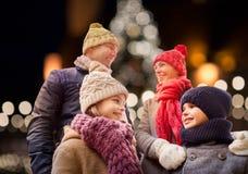 Glückliche Familie draußen am Weihnachtsabend lizenzfreie stockfotos