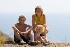Glückliche Familie durch Meer Stockfoto