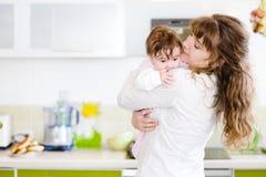 Glückliche Familie Eine junge Mutter und ein Baby Lizenzfreie Stockbilder