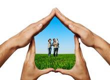 Glückliche Familie in einem Haus Stockfotos