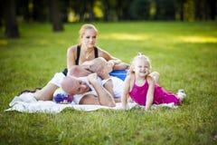 Glückliche Familie in einem Park stockfotos
