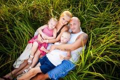 Glückliche Familie in einem Park lizenzfreie stockfotos