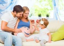 Glückliche Familie in Erwartung des Babys Schwangere Mutter, bringen hervor Stockbilder