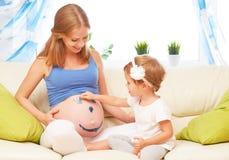 Glückliche Familie in Erwartung des Babys Schwangere Mutter und Kind Lizenzfreie Stockbilder