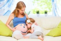 Glückliche Familie in Erwartung des Babys Schwangere Mutter und Kind Stockfotografie