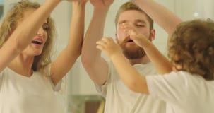 Glückliche Familie fügen ihre Hände zusammen und anhebend symbolisieren sie bis die Einheit stock video footage