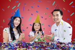 Glückliche Familie feiern Geburtstagsfeier stockbild