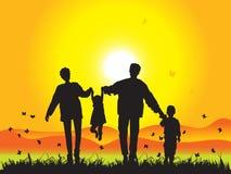 Glückliche Familie geht auf Natur Lizenzfreie Stockbilder