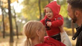 Glückliche Familie geht in den Park im Frühherbst stock video footage