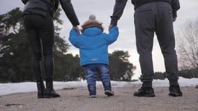 Glückliche Familie geht in Winterwaldelternschaft, in Jahreszeit und in Leutekonzept stock video footage