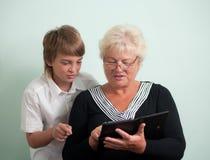 Glückliche Familie: Großmutter und Enkel. Lizenzfreies Stockfoto