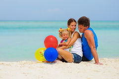 Glückliche Familie haben eine Party auf tropischem Strand Stockfotografie