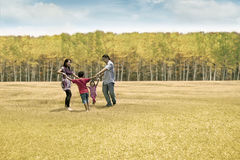 Glückliche Familie am Herbsttag Lizenzfreie Stockfotografie