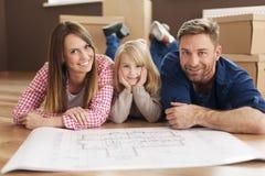 Glückliche Familie in ihrem neuen Haus lizenzfreie stockfotos