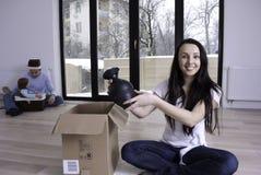 Glückliche Familie in ihrer neuen Wohnung Lizenzfreie Stockfotos