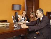 Glückliche Familie im Büro stockbild