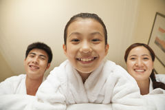 Glückliche Familie im Bett - Nahaufnahme der Tochter stockfoto