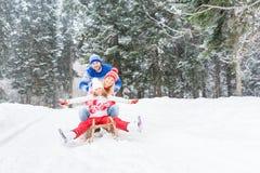 Glückliche Familie im Freien im Winter Stockbilder