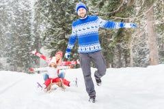 Glückliche Familie im Freien im Winter Lizenzfreie Stockfotografie