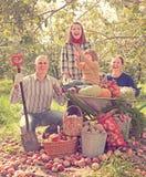 Glückliche Familie im Garten stockbild