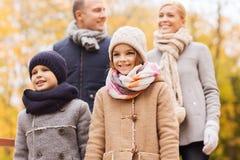 Glückliche Familie im Herbstpark Lizenzfreies Stockfoto