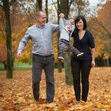 Glückliche Familie im Herbstpark Lizenzfreie Stockfotografie