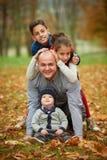 Glückliche Familie im Herbstpark Stockbild