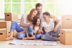 Glückliche Familie im neuen Haus lizenzfreies stockfoto