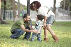 Glückliche Familie im Park stockbilder