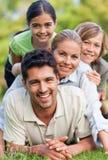 Glückliche Familie im Park Stockfotos
