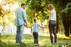 Glückliche Familie im Park Glücklicher Weg der Mutter, des Vatis und des Babys bei Sonnenuntergang Das Konzept einer glücklichen  lizenzfreies stockfoto