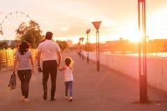 Glückliche Familie im Parkabendlicht lizenzfreie stockfotografie