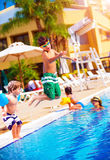 Glückliche Familie im Pool lizenzfreie stockbilder