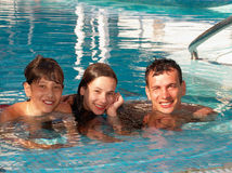 Glückliche Familie im Swimmingpool stockfoto