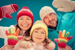 Glückliche Familie im Winter Stockfotos