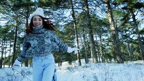 Glückliche Familie im Winter, Mutter rollt ihren Sohn auf einem Schlitten, Spaßunterhaltung für die Mutter und Kind, stock footage