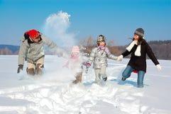 Glückliche Familie im Winter, Spaß mit Schnee habend draußen lizenzfreies stockfoto