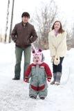 Glückliche Familie im Winterpark lizenzfreies stockfoto