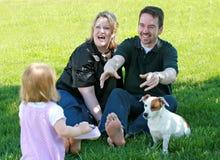 Glückliche Familie im Yard Stockfoto