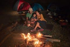 Glückliche Familie am Kampieren mit Lagerfeuer lizenzfreies stockfoto